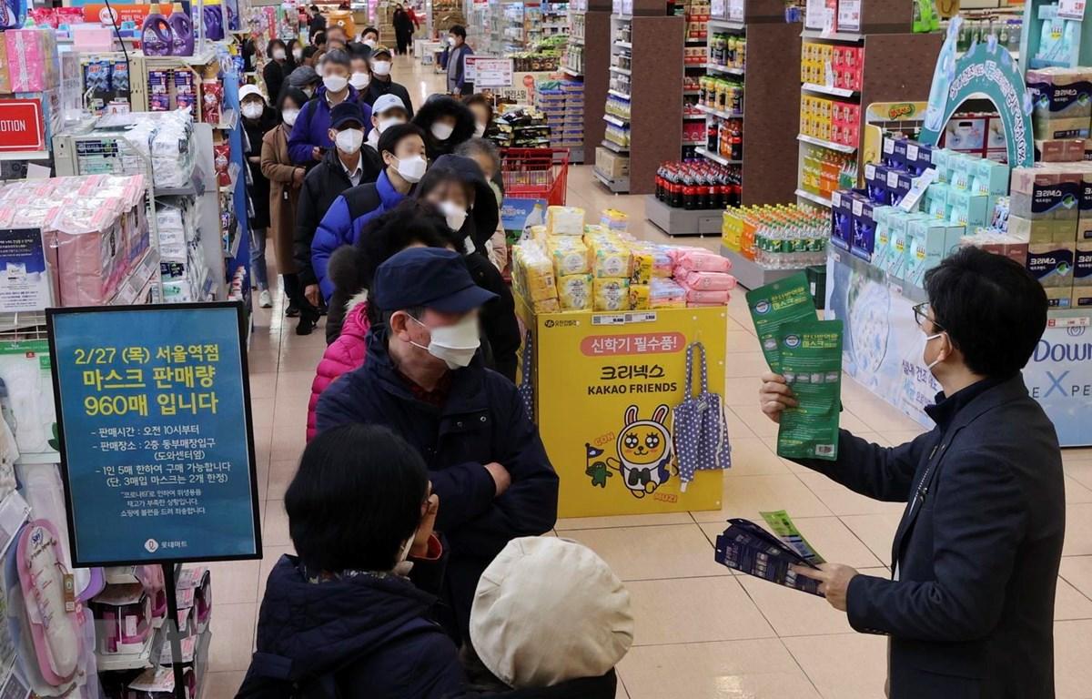 Người dân xếp hàng chờ mua khẩu trang tại siêu thị ở Seoul, Hàn Quốc, ngày 27/2, trong bối cảnh bùng phát dịch COVID-19. (Ảnh: THX/TTXVN)