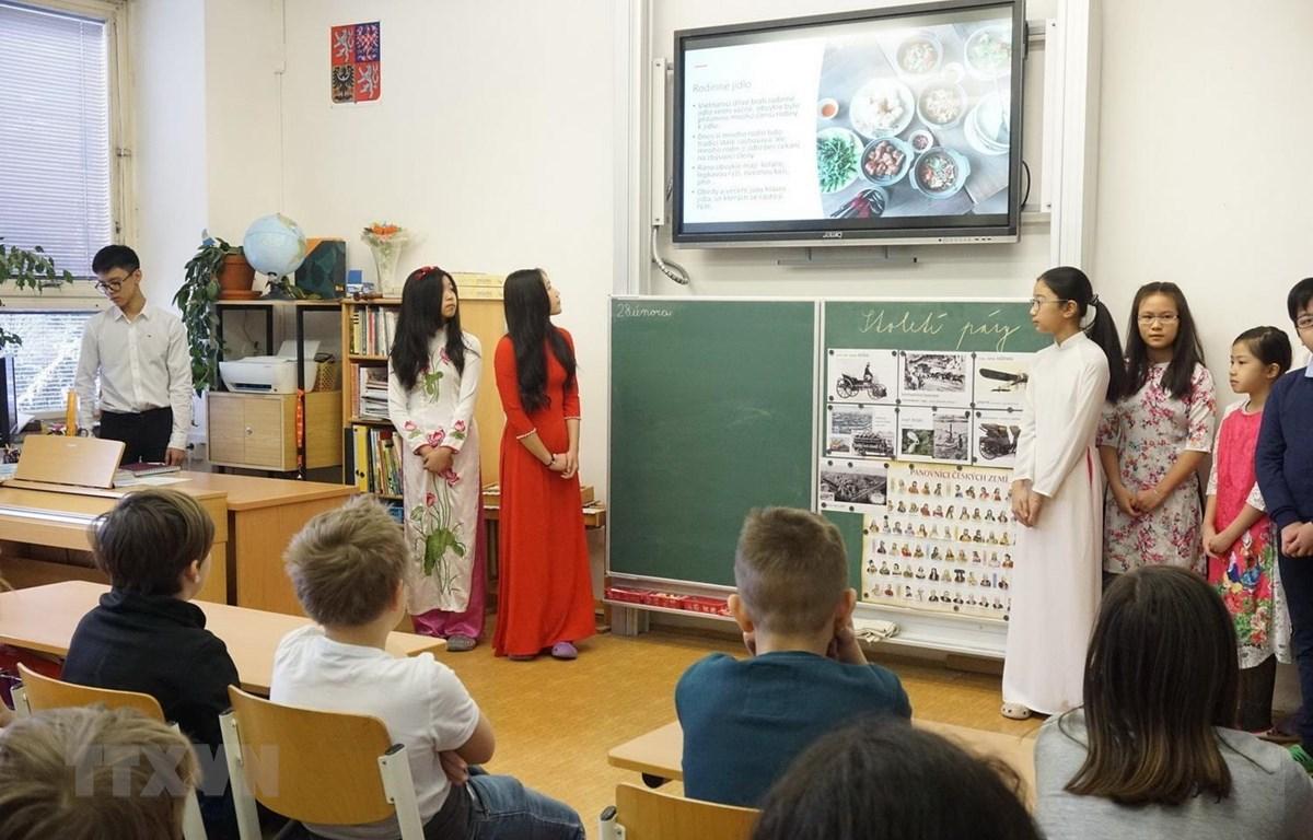 Các em học sinh giới thiệu về truyền thống gia đình Việt Nam. (Ảnh: Hồng Kỳ/TTXVN)