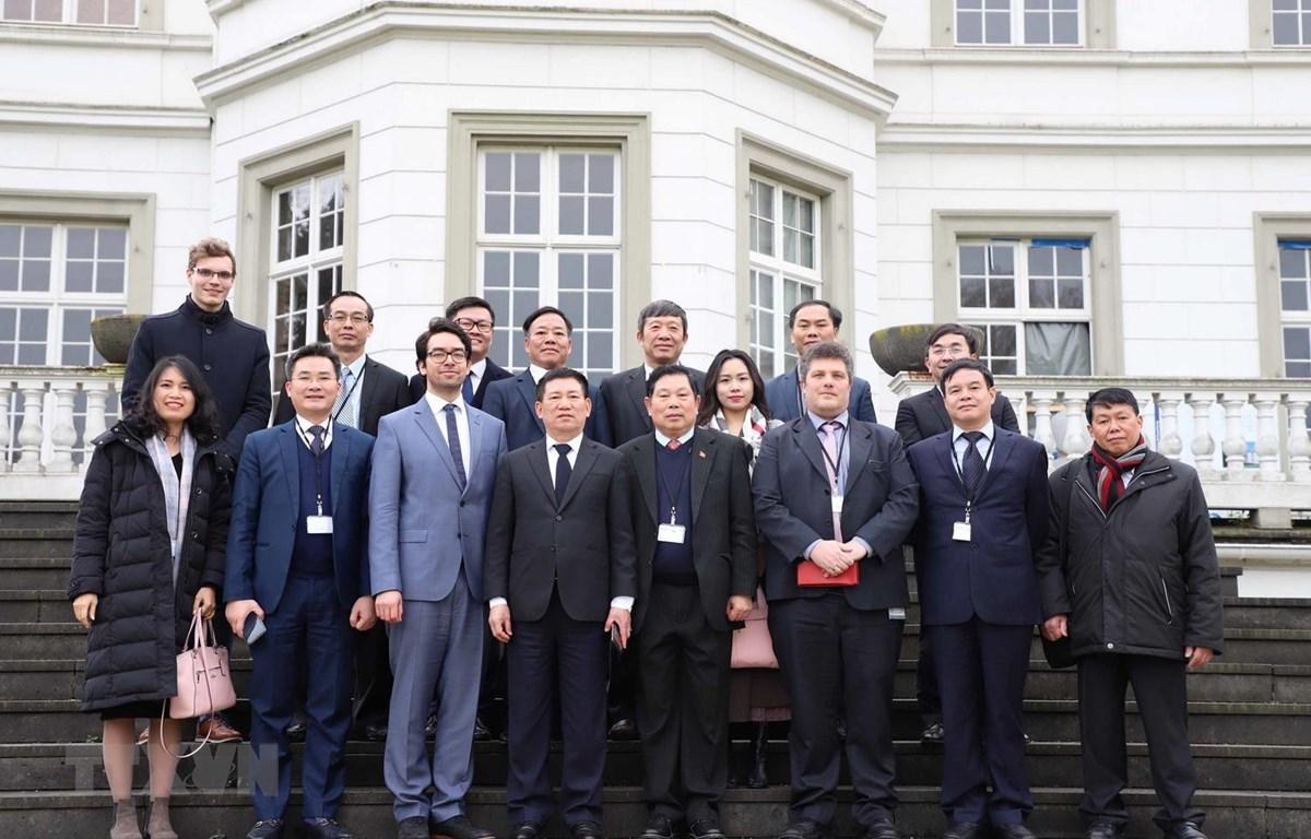 Đoàn Kiểm toán Nhà nước Việt Nam và Lãnh đạo Cơ quan Hợp tác quốc tế Đức (GIZ) chụp ảnh lưu niệm tại trụ sở GIZ ở thành phố Bonn. (Ảnh: Mạnh Hùng/TTXVN)