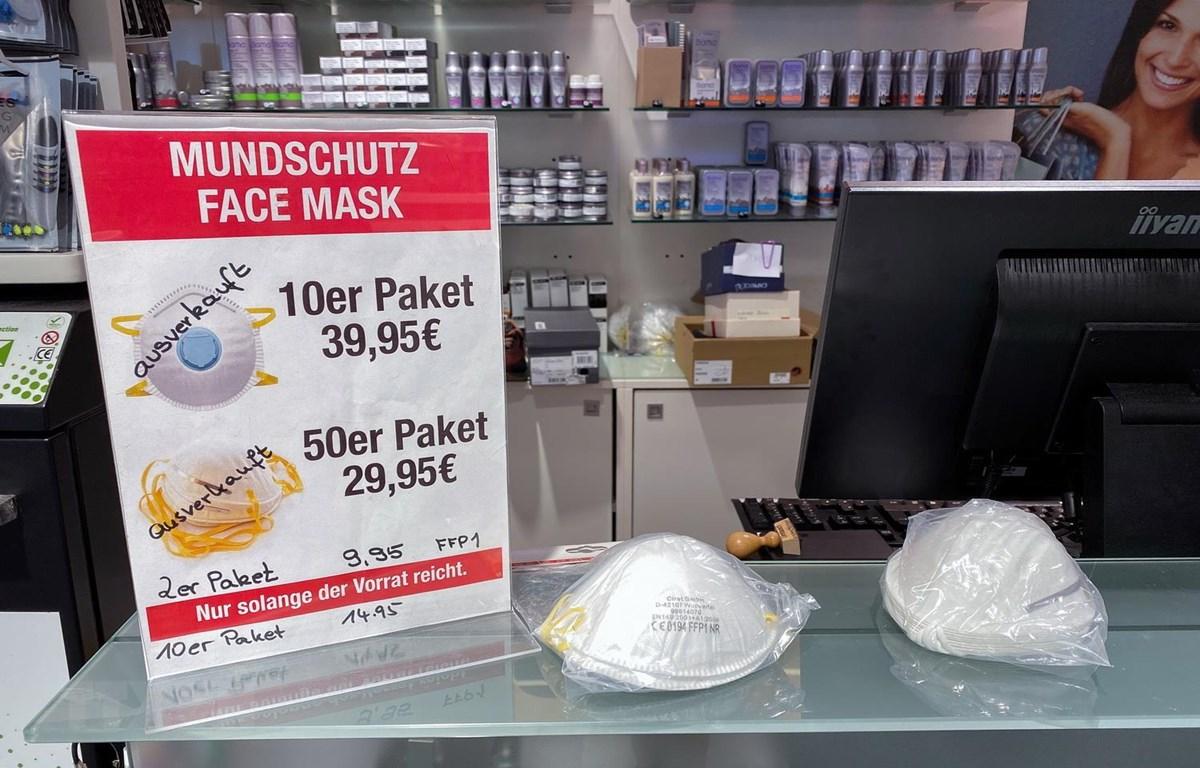 """Một cửa hàng tại Berlin, Đức, thông báo """"Hết hàng"""" khẩu trang trong bối cảnh bùng phát dịch COVID-19, ngày 28/2 vừa qua. (Ảnh: AFP/TTXVN)"""