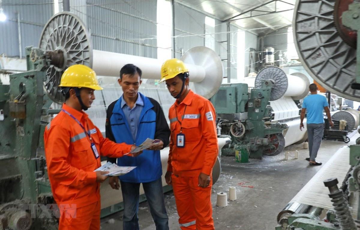 Công nhân Tổng Công ty Điện lực thành phố Hà Nội tuyên truyền tiết kiệm điện, sử dụng điện an toàn và hiệu quả cho các hộ sản xuất trên địa bàn huyện Thanh Oai. (Ảnh: Ngọc Hà/TTXVN)