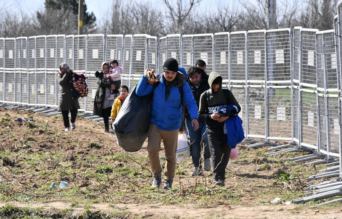 Người di cư tiến về khu vực biên giới Thổ Nhĩ Kỳ-Hy Lạp tại tỉnh Edirne, Thổ Nhĩ Kỳ, ngày 3/3 vừa qua. (Ảnh: THX/TTXVN)