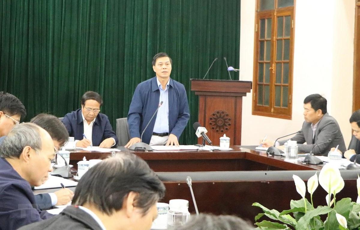 Chủ tịch UBND thành phố Hải Phòng Nguyễn Văn Tùng chỉ đạo giám sát chặt chẽ những trường hợp tiếp xúc với bệnh nhân nhiễm COVID-19 và các trường hợp có yếu tố nguy cơ cao. (Ảnh: Minh Thu/TTXVN)