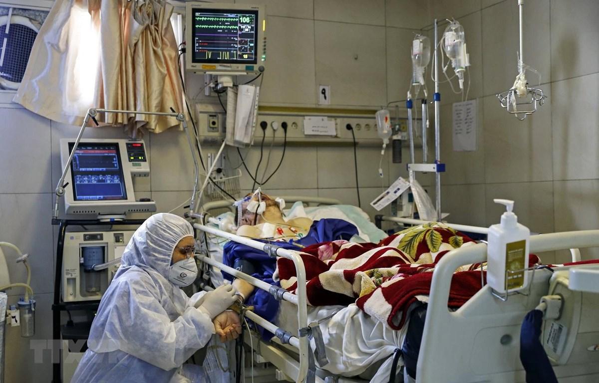 Nhân viên y tế điều trị cho bệnh nhân nhiễm COVID-19 tại bệnh viện ở Tehran, Iran. (Ảnh: AFP/TTXVN)
