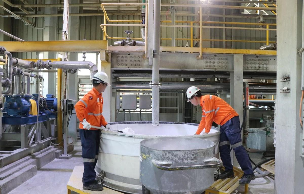 Kiểm tra sản phẩm tinh quặng tại Nhà máy chế biến khoáng sản Núi Pháo của Công ty Cổ phần tài nguyên Masan. (Ảnh: Hoàng Nguyên/TTXVN)