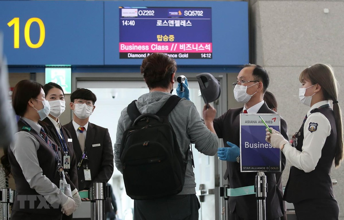 Hành khách trở về Mỹ được kiểm tra thân nhiệt nhằm ngăn chặn sự lây lan của dịch COVID-19 tại sân bay quốc tế Incheon, Hàn Quốc ngày 3/3 vừa qua. (Ảnh: YONHAP/TTXVN)