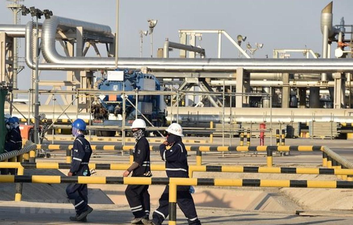 Công nhân công ty dầu Aramco làm việc tại nhà máy chế dầu Abqaiq của Saudi Arabia. (Ảnh: AFP/TTXVN)