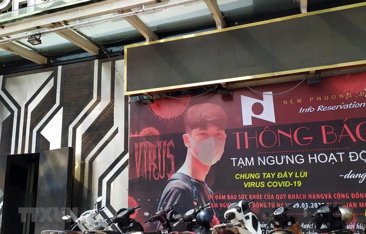 Vũ trường New Phương Đông ở Đà Nẵng đã treo thông báo tạm dừng hoạt động để chung tay cùng cộng đồng phòng chống dịch Covid-19. (Ảnh: Trần Lê Lâm/TTXVN)