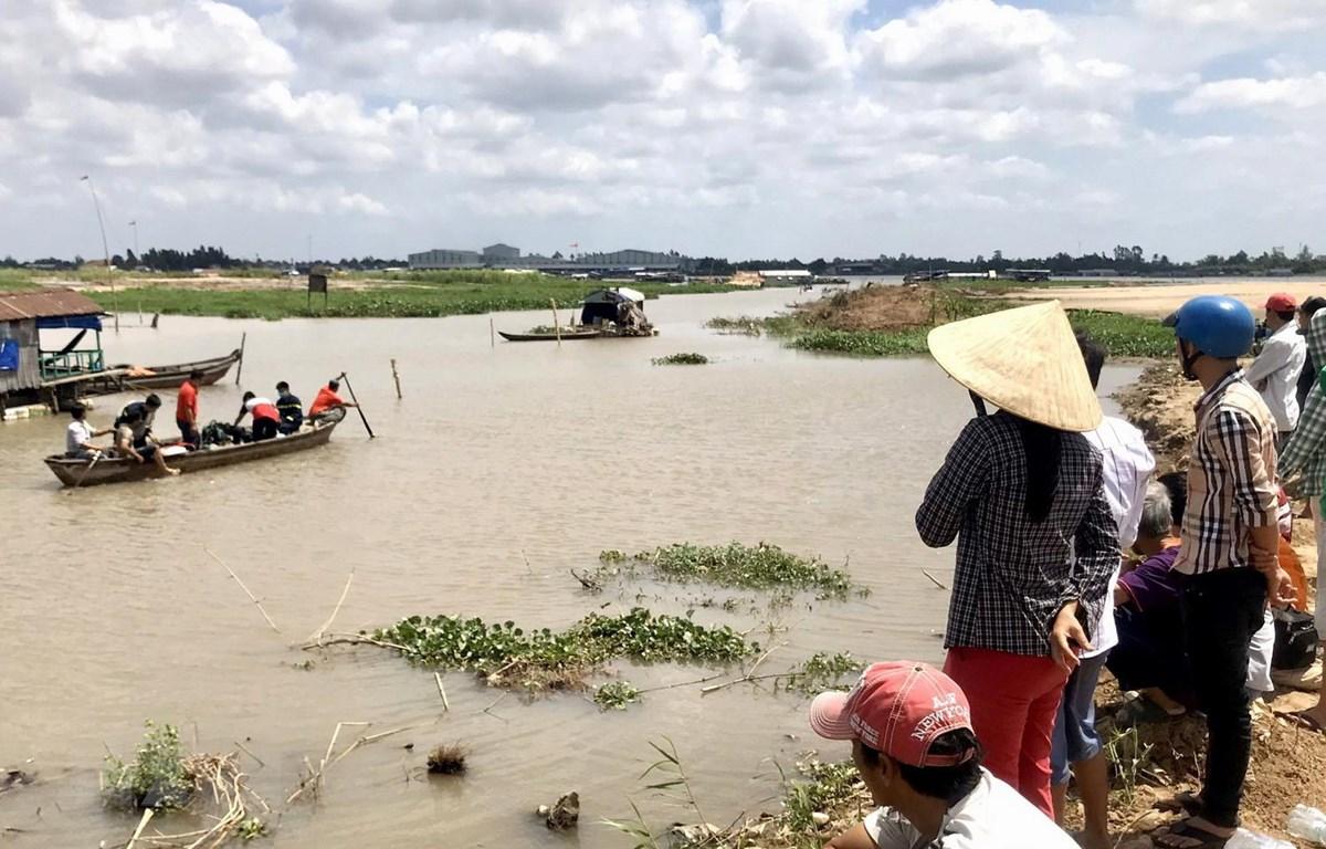 Lực lượng chức năng tỉnh An Giang tổ chức tìm kiếm hai em Th. và T. tại khu vực rạch Tầm Bót (giáp sông Hậu) nơi gần điểm phát hiện dép và quần áo của hai em ở trên bờ. (Ảnh: Công Mạo/TTXVN)