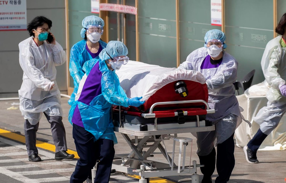 Nhân viên y tế chuyển bệnh nhân mắc COVID-19 tại một bệnh viện ở thành phố Daegu, Hàn Quốc ngày 4/3 vừa qua. (Ảnh: THX/TTXVN)