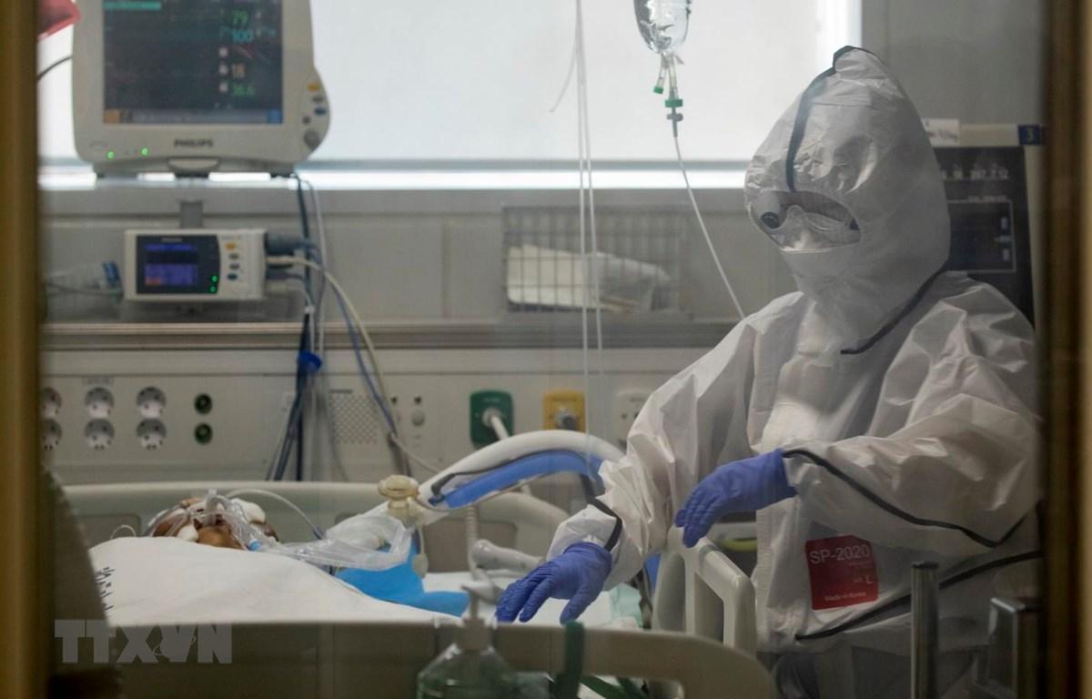 Bệnh nhân nhiễm COVID-19 được điều trị tại bệnh viện ở Daegu, Hàn Quốc, ngày 18/3. (Ảnh: THX/TTXVN)