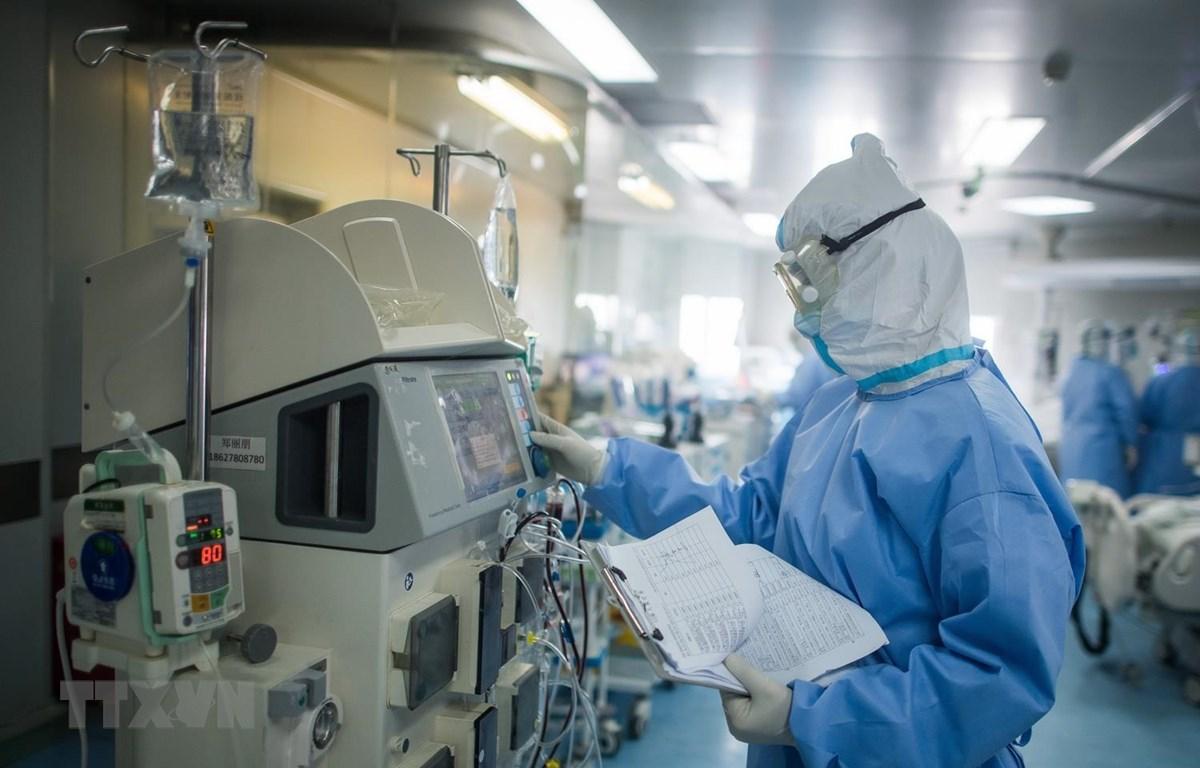 Nhân viên y tế làm việc tại bệnh viện ở Vũ Hán, tỉnh Hồ Bắc, Trung Quốc. (Ảnh: THX/TTXVN)