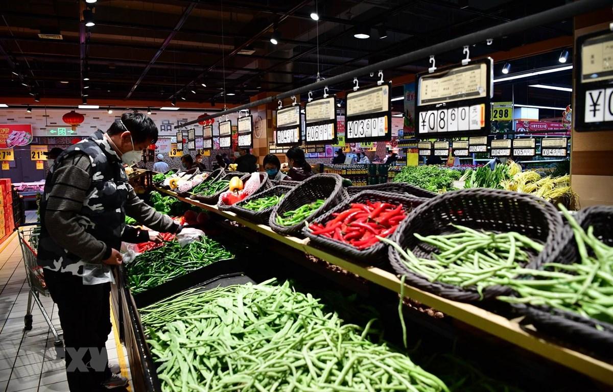 Người dân mua thực phẩm tại siêu thị ở Trịnh Châu, tỉnh Hà Nam, Trung Quốc. (Ảnh: THX/TTXVN)