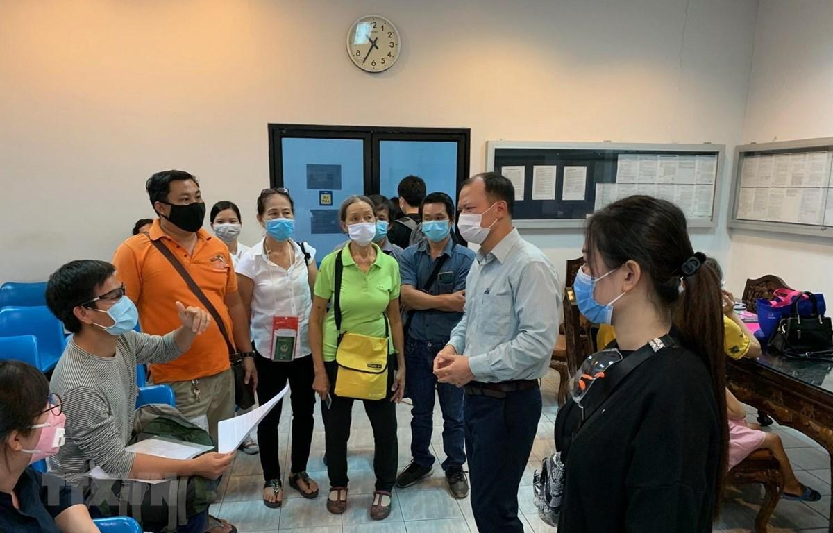 Cán bộ của Đại sứ quán Việt Nam tại Thái Lan cung cấp thông tin, giải thích cho công dân Việt Nam. (Ảnh: TTXVN phát)