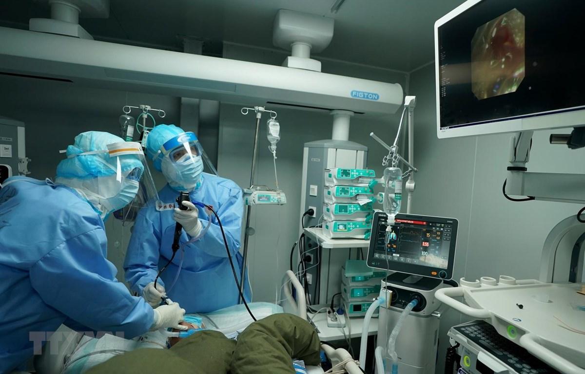 Nhân viên y tế điều trị cho bệnh nhân nhiễm COVID-19 tại bệnh viện ở Vũ Hán, tỉnh Hồ Bắc, Trung Quốc, ngày 17/3 vừa qua. (Ảnh: THX/TTXVN)