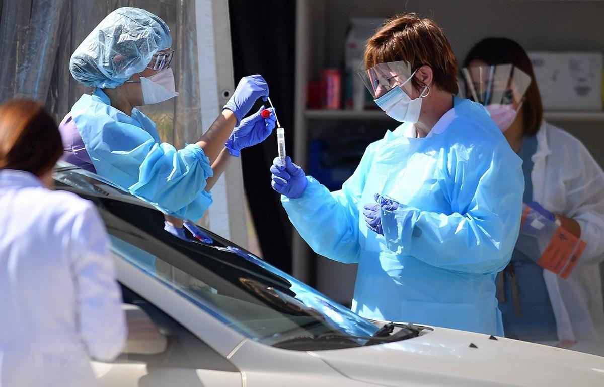 Nhân viên y tế lấy mẫu bệnh phẩm xét nghiệm COVID-19 tại San Francisco, bang California, Mỹ. (Ảnh: AFP/TTXVN)