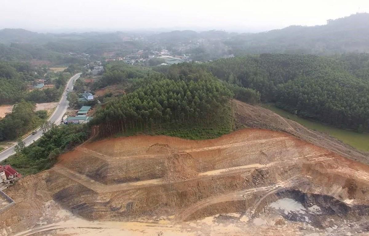 Đồi đất bị giật cấp để thuận tiện cho việc khai thác trái phép. (Ảnh: Quang Duy/TTXVN)