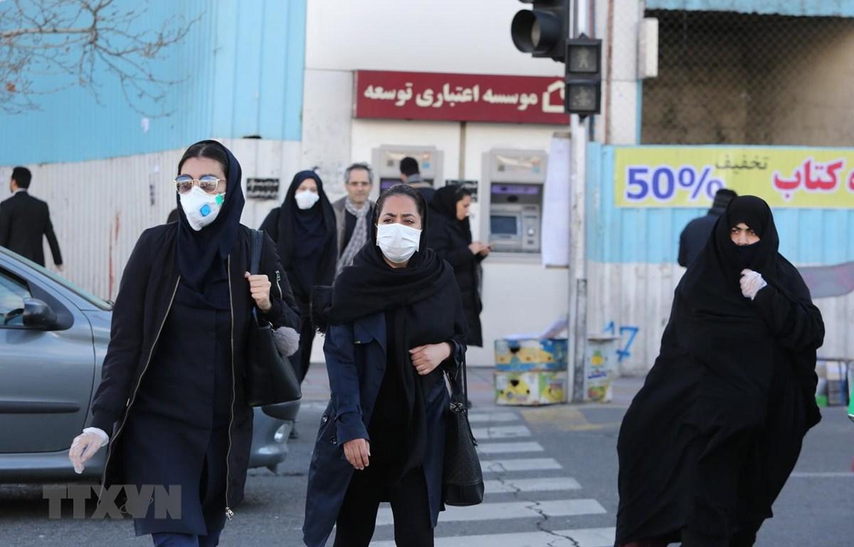 Người dân Iran đeo khẩu trang phòng chống dịch COVID-19 ở Tehran. (Ảnh: AFP/TTXVN)