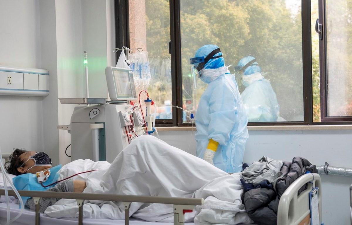 Nhân viên y tế chăm sóc bệnh nhân nhiễm COVID-19 tại một bệnh viện ở Vũ Hán, Trung Quốc ngày 21/3 vừa qua. (Ảnh: THX/TTXVN)
