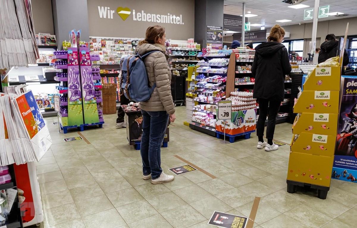 Người dân xếp hàng chờ thanh toán tại siêu thị ở Berlin, Đức ngày 23/3 vừa qua, trong bối cảnh dịch COVID-19 lan rộng. (Ảnh: THX/TTXVN)