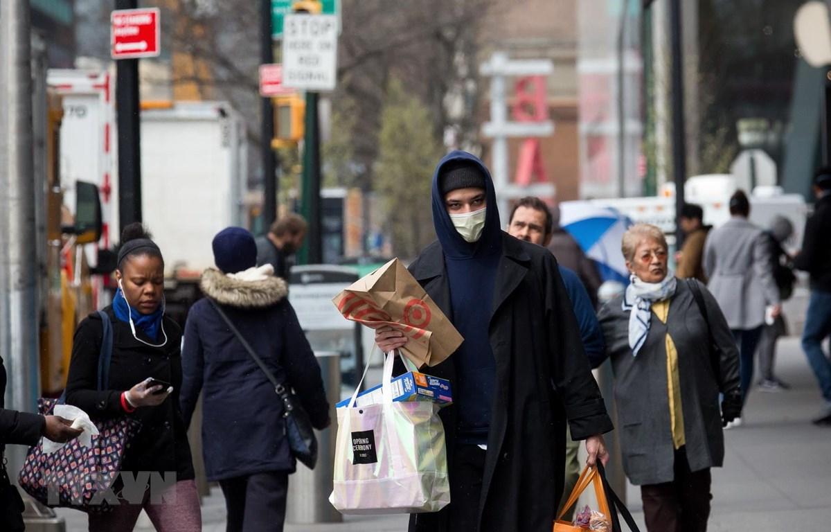 Người dân đeo khẩu trang để phòng tránh lây nhiễm COVID-19 tại Brooklyn, New York, Mỹ, ngày 3/4 vừa qua. (Ảnh: THX/TTXVN)