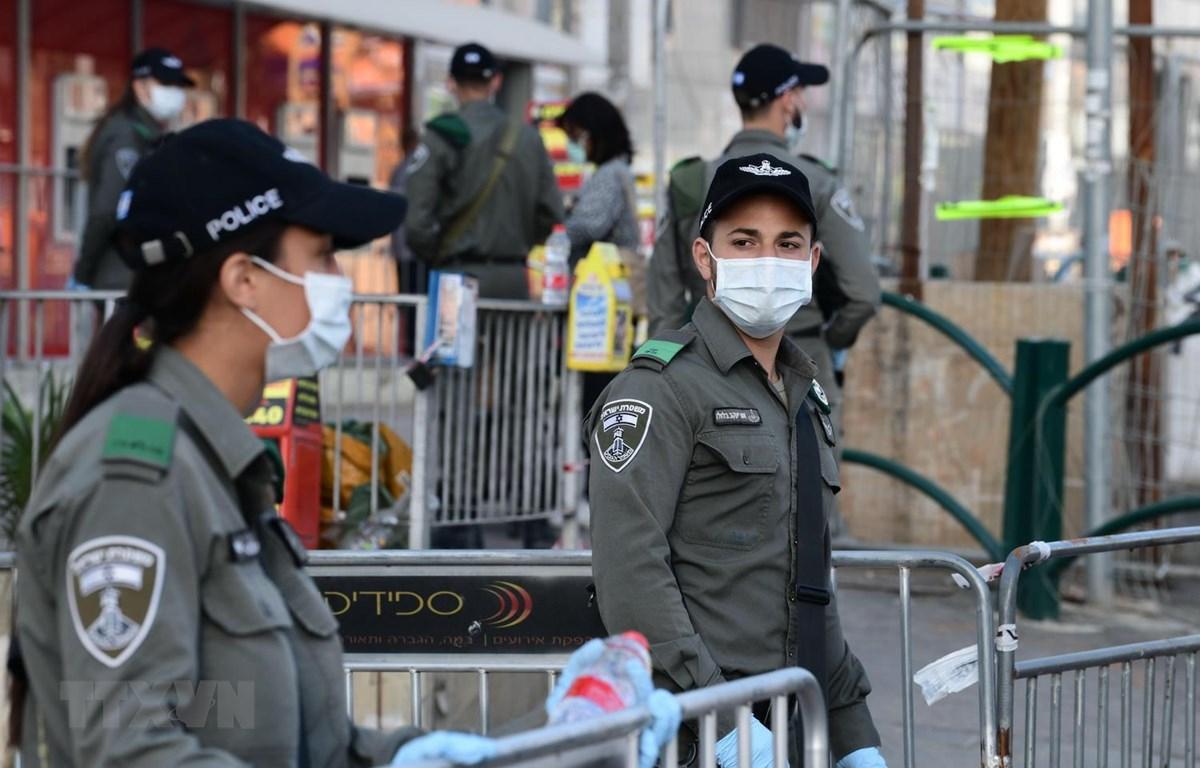 Cảnh sát Israel đeo khẩu trang phòng dịch COVID-19 khi làm nhiệm vụ tại thành phố Bnei Brak ngày 3/4 vừa qua. (Ảnh: THX/TTXVN)