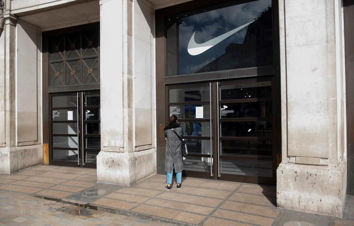 Một cửa hàng đóng cửa do dịch COVID-19 tại London, Anh. (Ảnh: THX/TTXVN)