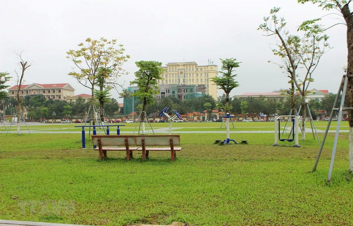 Quảng trường thành phố Hà Tĩnh buổi sáng thường rất đông người tập trung tập thể dục, đi dạo nhưng sáng 1/4 vắng vẻ, không một bóng người. (Ảnh: Hoàng Ngà/TTXVN)