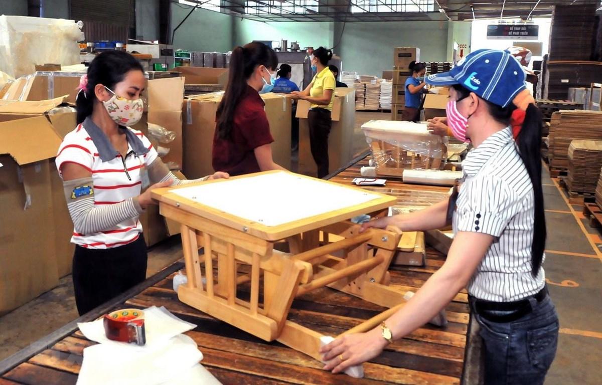Sản xuất đồ gỗ xuất khẩu tại huyện Đông Anh của Hà Nội. (Ảnh: Đỗ Phương Anh/TTXVN)