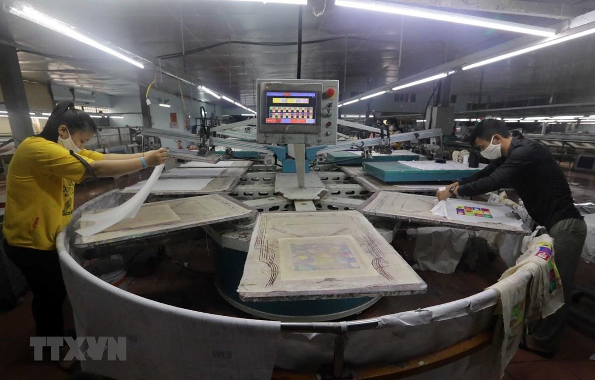 Công ty TNHH An Phú, xã Liêu Xá, huyện Yên Mỹ, tỉnh Hưng Yên có hơn 100 công nhân chuyên thiết kế, gia công in trên các sản phẩm may mặc đã hoạt động cầm chừng, một nửa dây chuyền ngừng hoạt động, công nhân làm việc cách nhật để duy trì cuộc sống. (Ảnh: T