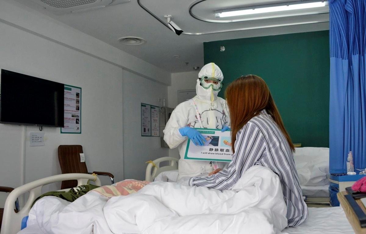 Nhân viên y tế chăm sóc bệnh nhân nhiễm COVID-19 tại bệnh viện ở Bắc Kinh, Trung Quốc. (Ảnh: THX/TTXVN)