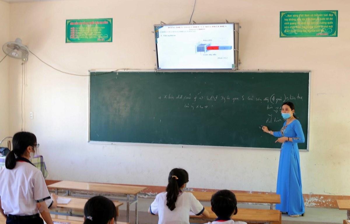 Tiết học môn Vật lý của học sinh khối lớp 9 Trường THCS Võ Thị Sáu, phường 6, thành phố Cà Mau, tỉnh Cà Mau, được nhà trường bố trí giãn cách để phòng, chống dịch COVID-19. (Ảnh: Kim Há/TTXVN)