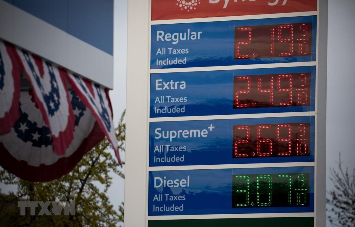 Giá xăng dầu được niêm yết tại trạm xăng ở New York, Mỹ ngày 20/4. (Ảnh: THX/TTXVN)