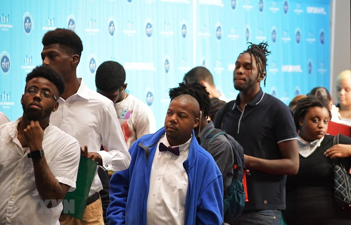 Người lao động xếp hàng chờ xin việc làm tại Washington, DC, Mỹ. (Ảnh: AFP/TTXVN)