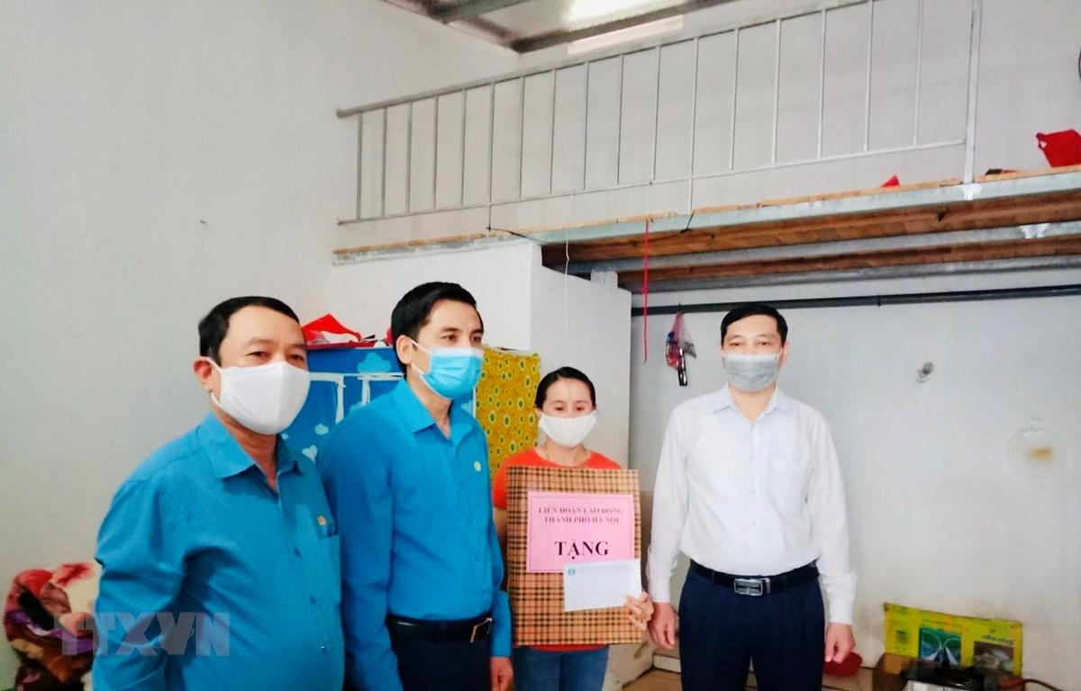 Tổ chức Công đoàn Hà Nội tặng quà cho công nhân lao động gặp khó khăn do ảnh hưởng của dịch COVID-19. (Ảnh: Minh Nghĩa/TTXVN)