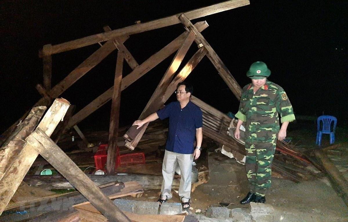 Giông lốc, mưa đá diện rộng tại huyện Tân Uyên, tỉnh Lai Châu làm đổ cây cối, nhà cửa, nhiều diện tích hoa màu mất trắng. (Ảnh: TTXVN)