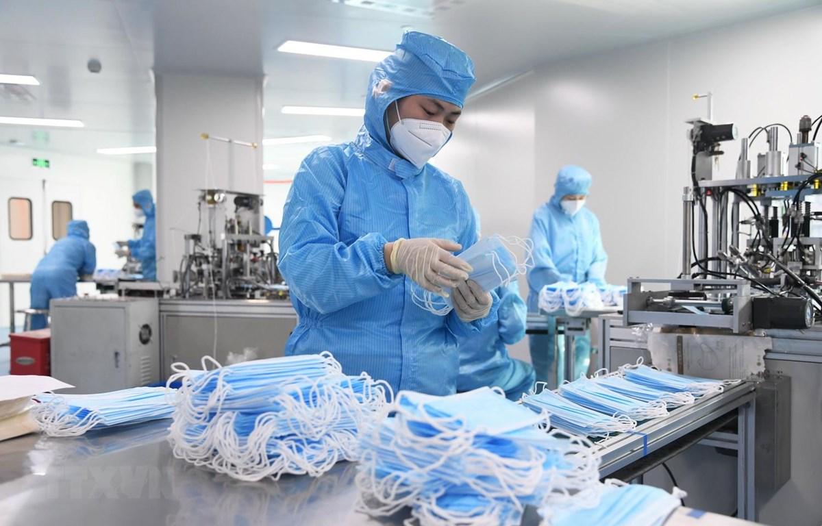 Một nhà máy sản xuất khẩu trang của Tập đoàn Y tế Naton ở Bắc Kinh, Trung Quốc. (Ảnh: THX/TTXVN)