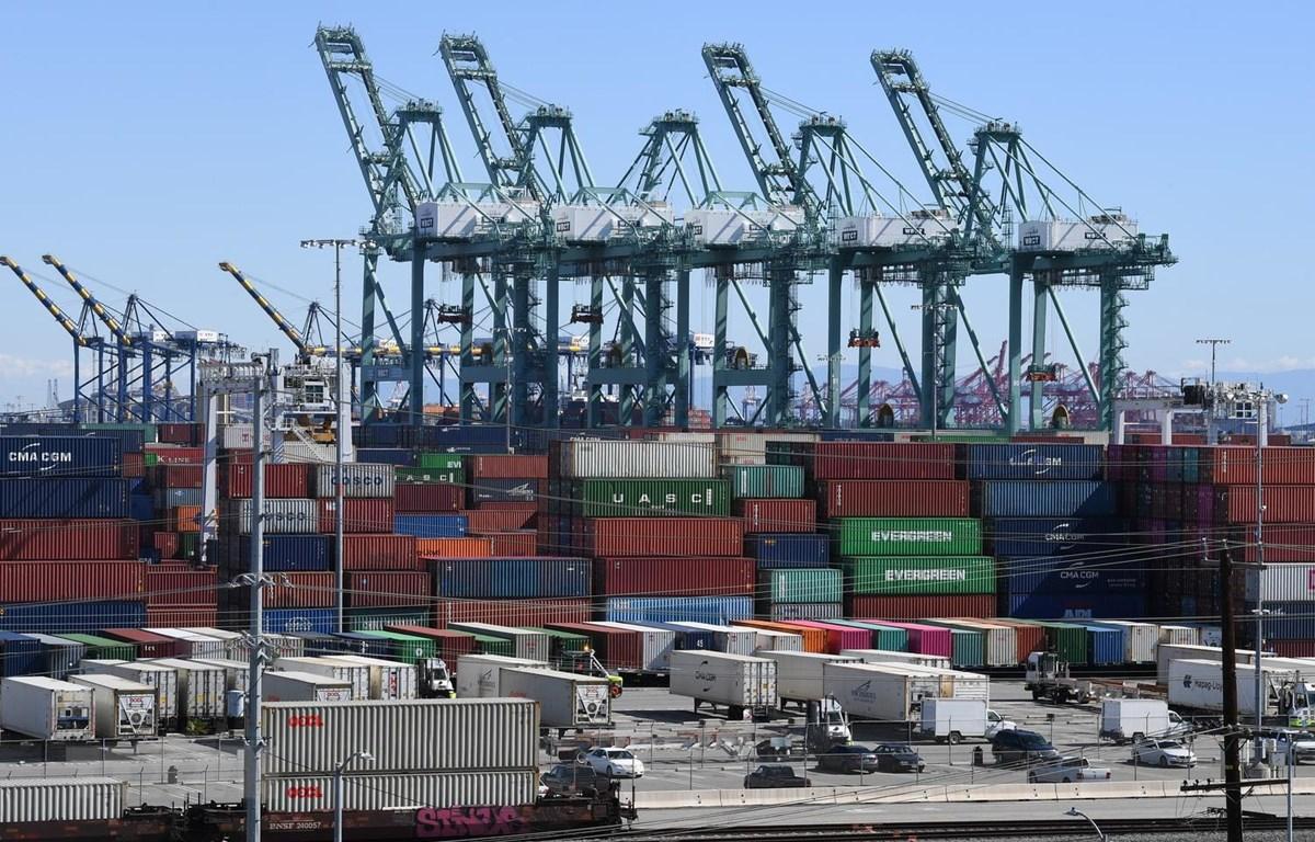 Container hàng hóa được bốc dỡ tại cảng Long Beach ở Los Angeles, California, Mỹ. (Ảnh: AFP/TTXVN)