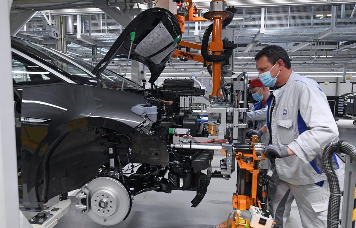 Công nhân làm việc tại nhà máy của hãng Volkswagen ở Zwickau, miền đông nước Đức, ngày 23/4 vừa qua. (Ảnh: AFP/TTXVN)