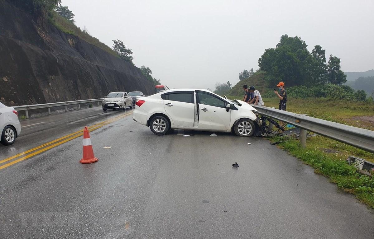 Vụ tai nạn giao thông trên đường Cao tốc Nội Bài–Lào Cai, thuộc địa phận xã Tân Hợp, huyện Văn Yên, tỉnh Yên Bái giữa 3 xe ôtô làm 2 người bị thương xảy ra vào lúc 8 giờ 20 phút ngày 1/5. (Ảnh: Tuấn Anh/TTXVN)