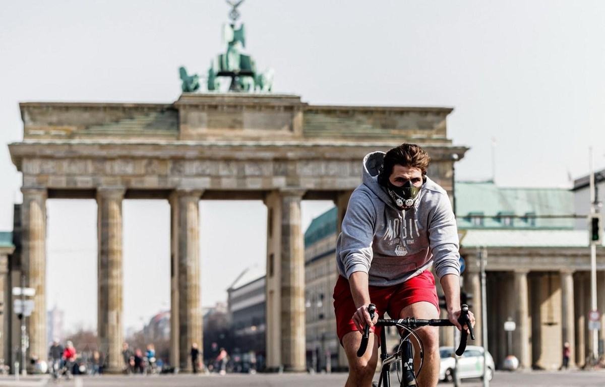 Cảnh vắng lặng gần Cổng Brandenburger ở Berlin, Đức khi lệnh hạn chế ra đường được ban hành nhằm ngăn dịch COVID-19 lây lan, ngày 28/3 vừa qua. (Ảnh: THX/TTXVN)