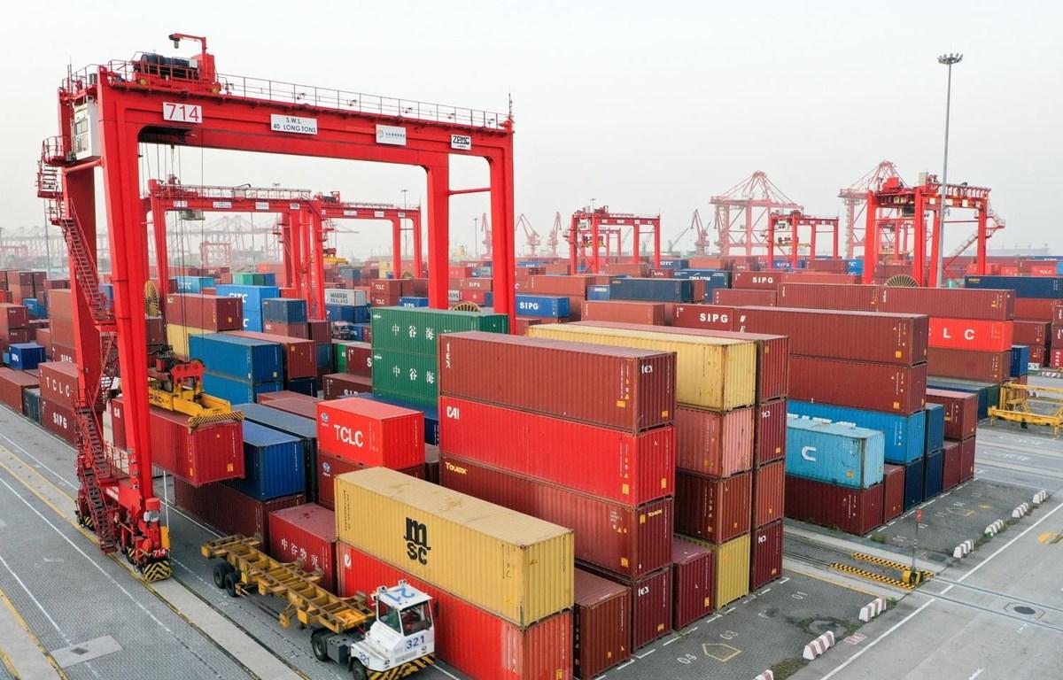 Container hàng hóa được xếp tại cảng ở Giang Tô của Trung Quốc. (Ảnh: THX/TTXVN)