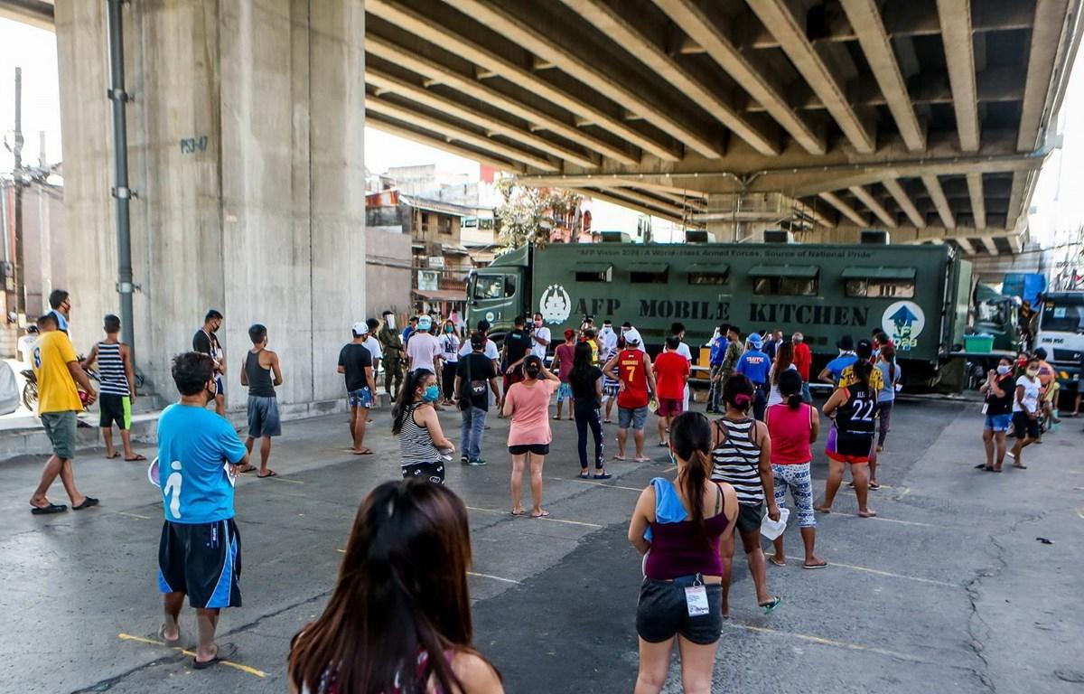 Người dân xếp hàng chờ nhận thực phẩm miễn phí tại Quezon, Philippines, ngày 20/4 vừa qua, trong bối cảnh dịch COVID-19 lan rộng. (Ảnh: THX/TTXVN)