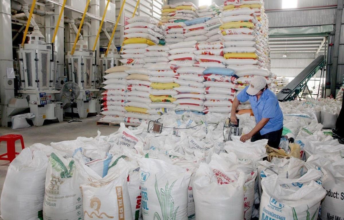 Chế biến gạo xuất khẩu tại Xí nghiệp Chế biến lương thực cao cấp Tân Túc của Công ty TNHH một thành viên Lương thực Hồ Chí Minh thuộc Tổng công ty Lương thực miền Nam. (Ảnh: Đình Huệ/TTXVN)