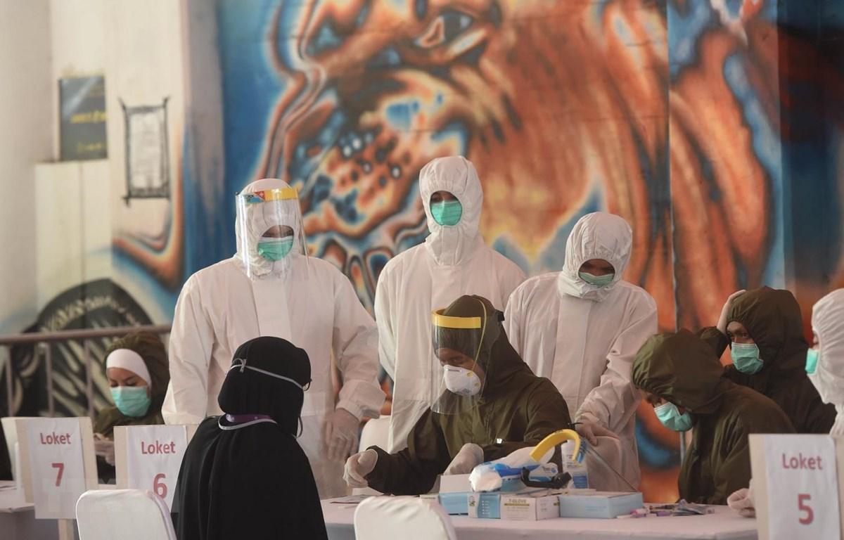 Nhân viên y tế làm nhiệm vụ tại một trạm xét nghiệm nhanh COVID-19 ở Jakarta của Indonesia ngày 6/5 vừa qua. (Ảnh: THX/TTXVN)