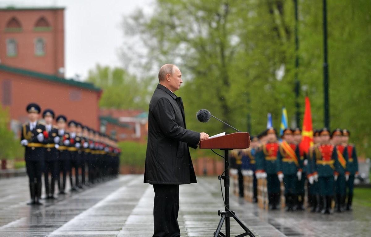 Tổng thống Nga Vladimir Putin phát biểu nhân kỷ niệm 75 năm Ngày Chiến thắng phát xít, tại quảng trường đặt Mộ Chiến sỹ vô danh ở thủ đô Moskva, ngày 9/5. (Ảnh: AFP/TTXVN)