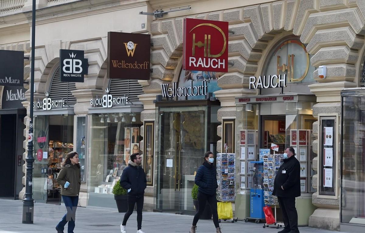 Người dân đeo khẩu trang phòng lây nhiễm COVID-19 tại Vienna, Áo. (Ảnh: THX/TTXVN)