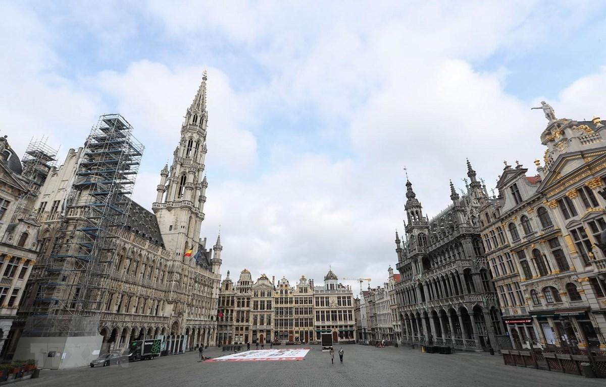Cảnh vắng vẻ tại Quảng trường Lớn do dịch COVID-19 ở Brussels, Bỉ ngày 13/4 vừa qua. (Ảnh: THX/TTXVN)