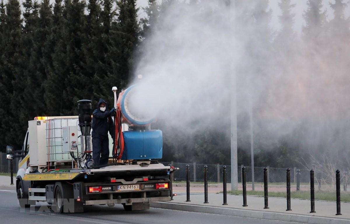 Phun thuốc khử trùng nhằm ngăn chặn sự lây lan của COVID-19 tại Nowy Targ, Ba Lan ngày 17/4 vừa qua. (Ảnh: PAP/TTXVN)