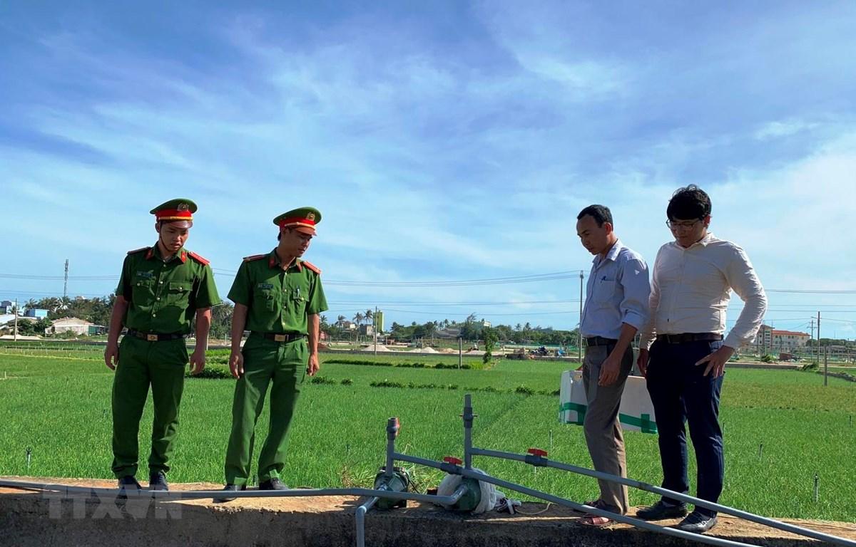 Lực lượng chức năng kiểm tra một điểm có các giếng khoan trái phép. (Ảnh: Đinh Hương/TTXVN)
